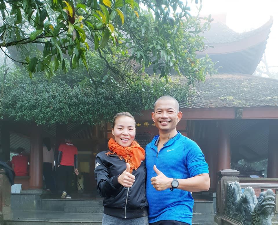 Hientje Nguyen trên đền thờ Bác Hồ cùng người thầy của mình.