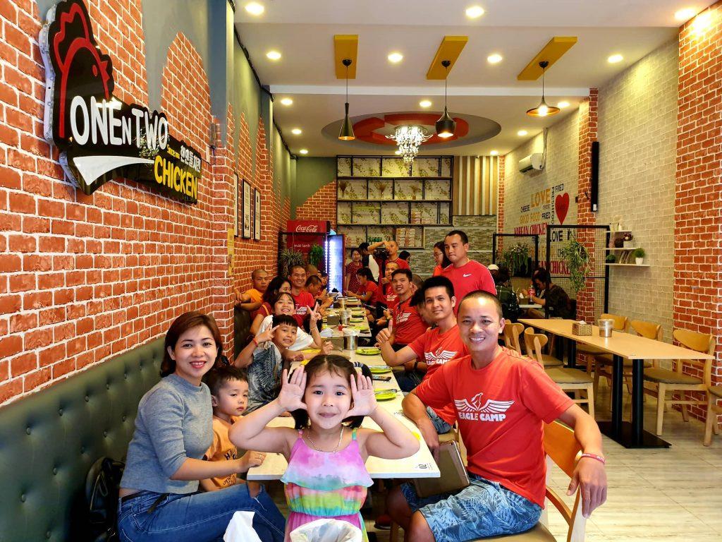 ăn trưa tại cơ sở gà rán của chị Thảo: