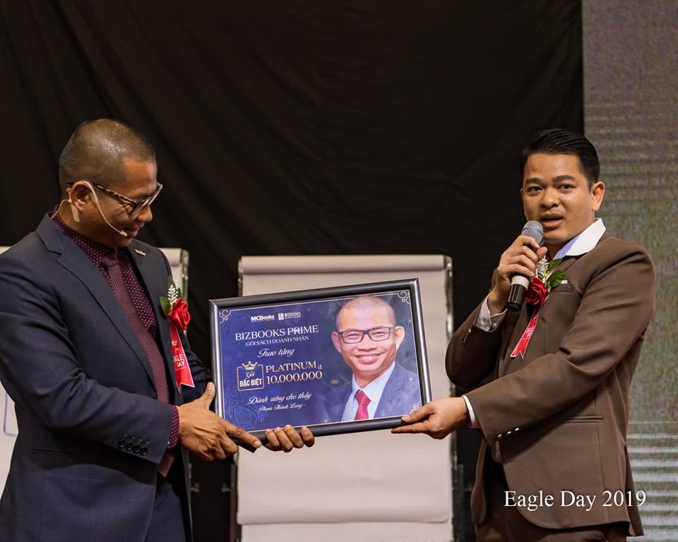 Anh Cường MC Books kính tặng thẻ mua sách cho thầy Phạm Thành Long