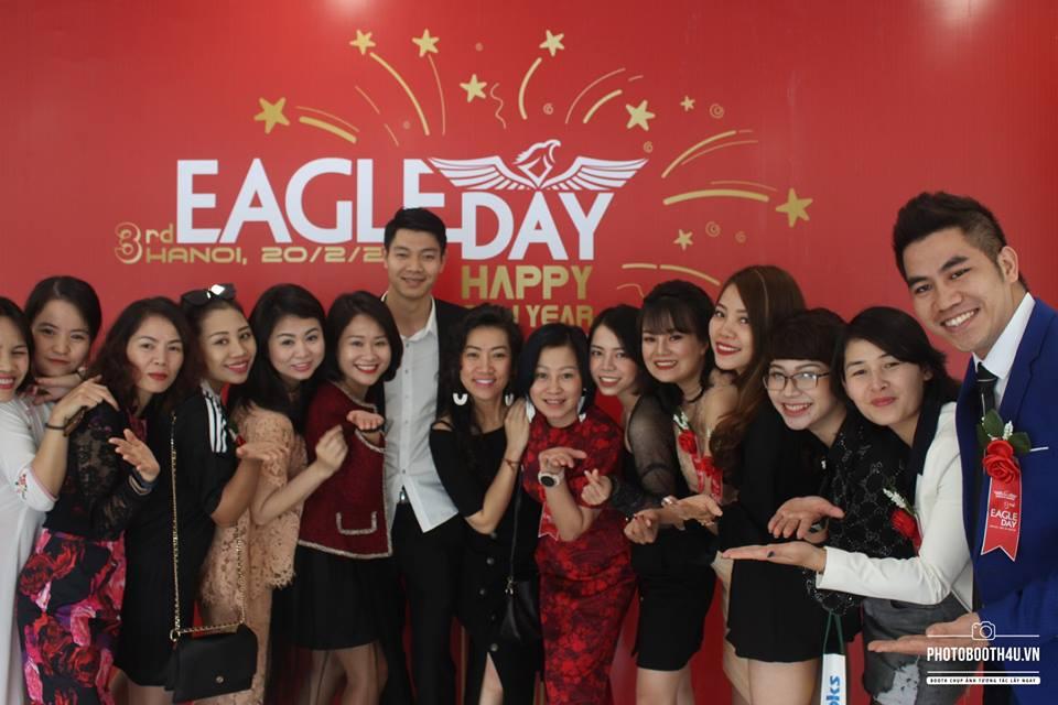 các thành viên Eagle chụp ảnh kỉ niệm tại sự kiện Eagle Day