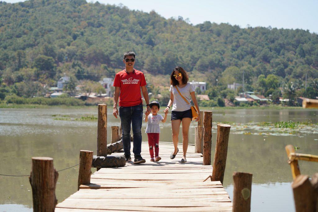 Gia đình thành viên Eagle chụp ảnh tại hồ Lắk