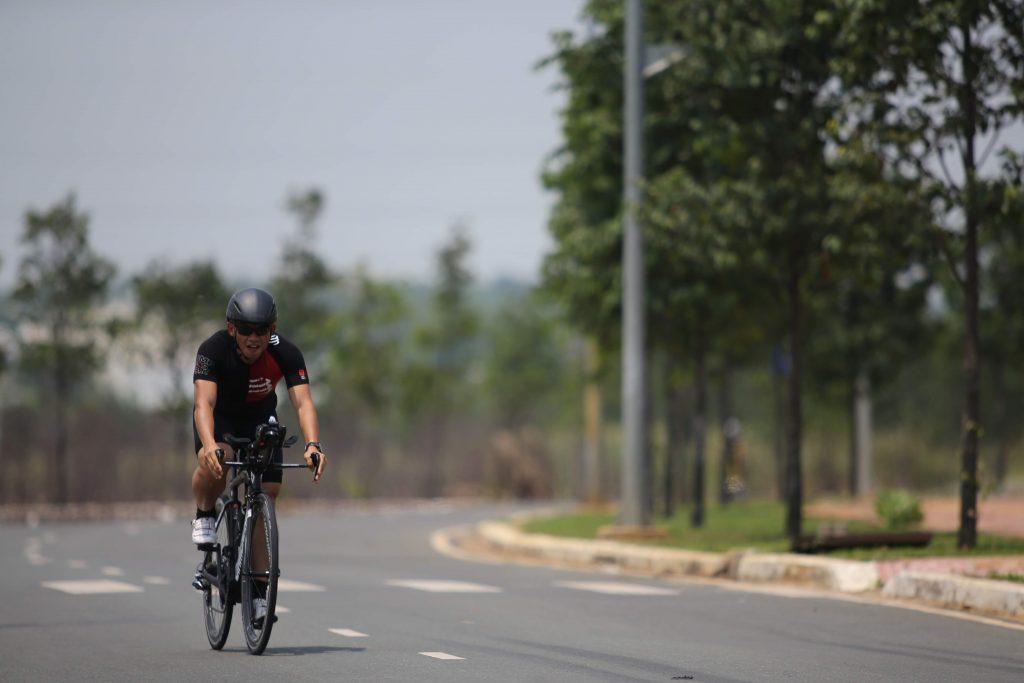 Phạm Thành Long IronMan 70.3 Đà Nẵng - Đạp xe dưới trời nắng - Heat training