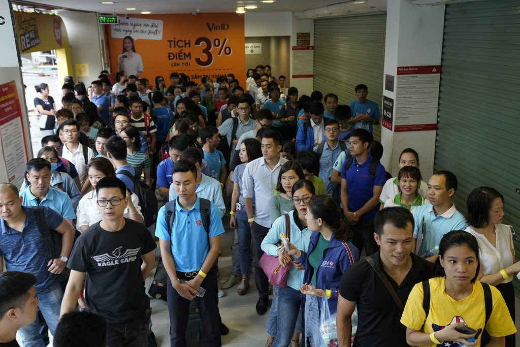Học viên xếp hàng đợi vào hội trường Đánh thức sự giàu có 41.