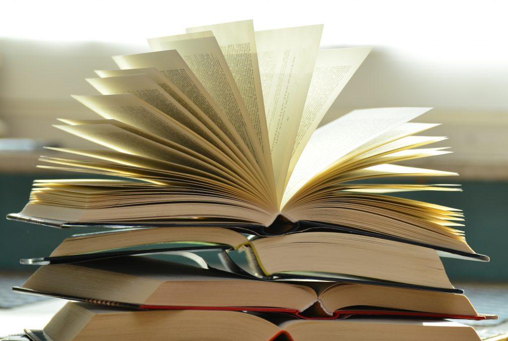 Phạm Thành Long đọc sách