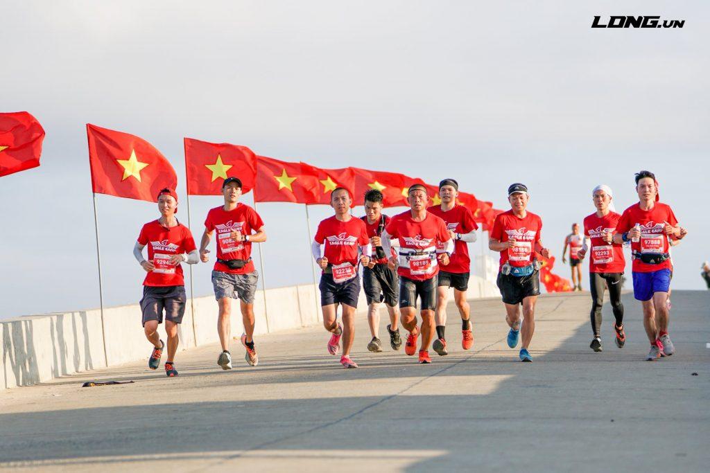 Đoàn quân Eagle Camp chạy trên cung đường đẹp nhất Lý Sơn