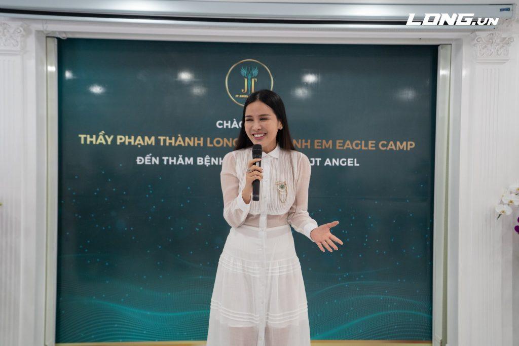 chị Nhã Lê vui sướng chia sẻ những bài học từ Eagle Camp đã áp dụng thành công vào công việc kinh doanh