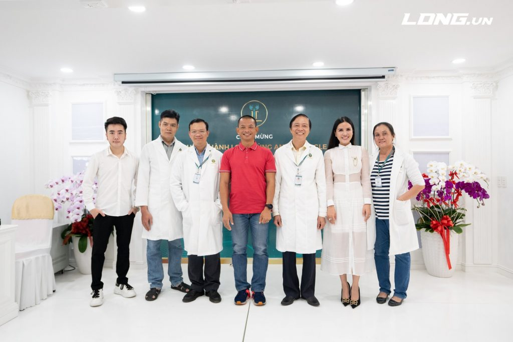 Phạm Thành Long cùng đội ngũ bác sỹ bệnh viện JT Angle