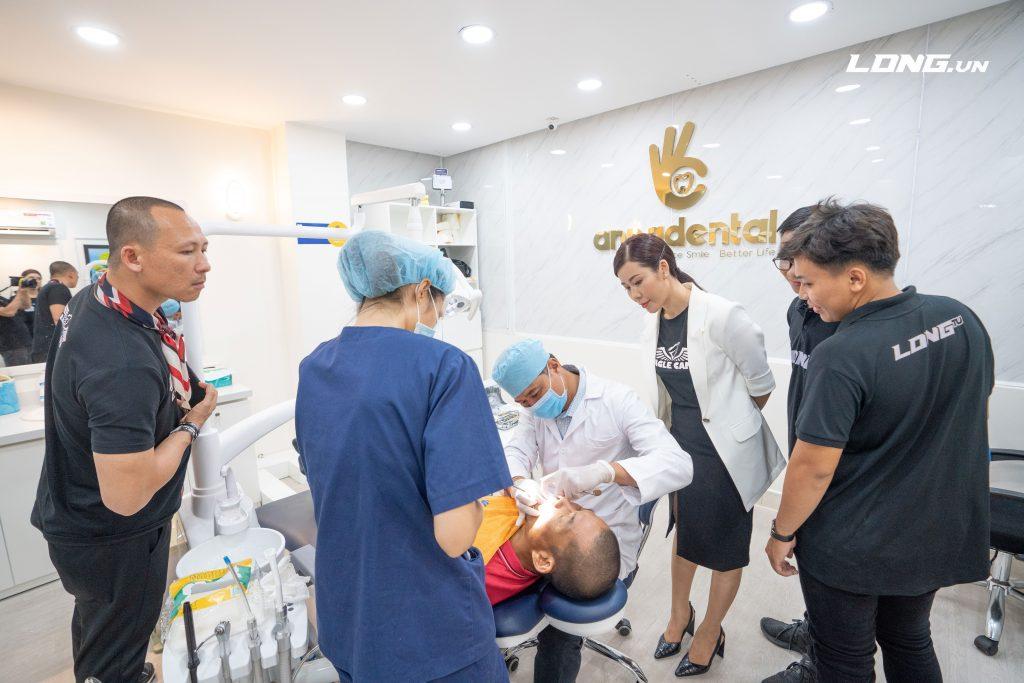 Phạm Thành Long trải nghiệm dịch vụ nha khoa tại Anna Center