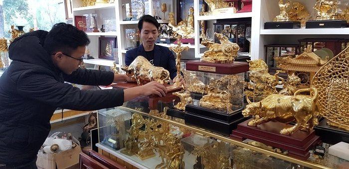 Anh Đinh Lâm Tới (phía trong) đang giới thiệu sản phẩm quà tặng cao cấp với khách hàng