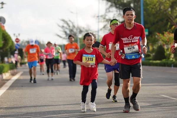 Bé Phạm Bạch Long trên đường chạy cùng cộng đồng doanh nhân Eagle Camp