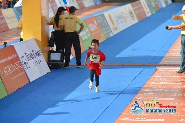Bé Phạm Bạch Long về đích tại Tienphong Marathon 2019 lần thứ 60