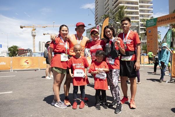 Gia đình Luật sư Phạm Thành Long và Bạch Lệ Thoa tại giải Marathon Quốc tế Đà Nẵng 2019