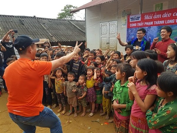 Luật sư - Nhà đào tạo Phạm Thành Long cùng vui với trẻ em vùng cao