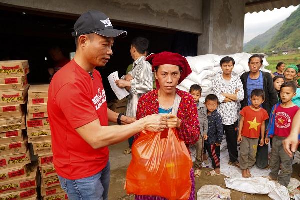 Luật sư - Nhà đào tạo Phạm Thành Long trao quà cho bà con thôn Sùng Trà - Xã Du Già