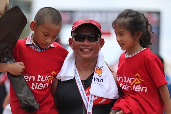 Luật sư Phạm Thành Long cùng hai con nhỏ tại giải Iron Man năm 2019