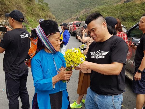 Thành viên đoàn Eagle Caravan Hà Giang giao lưu với bà con dân tộc Mông trên hành trình